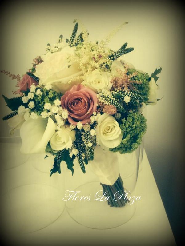 Nuestros ramos de novia son exclusivos, y para su diseño tenemos en cuenta los gustos y preferencias de nuestras clientes, a quienes ofrecemos una atención y asesoramiento personalizados.